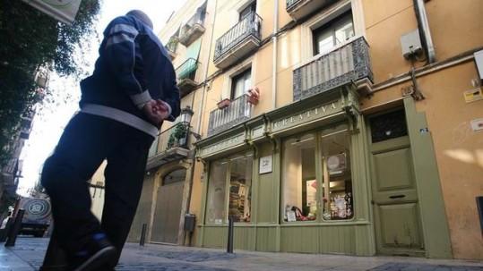 Imagen del número 18 de la calle de Santga Anna de Reus, donde murió la anciana. EFE