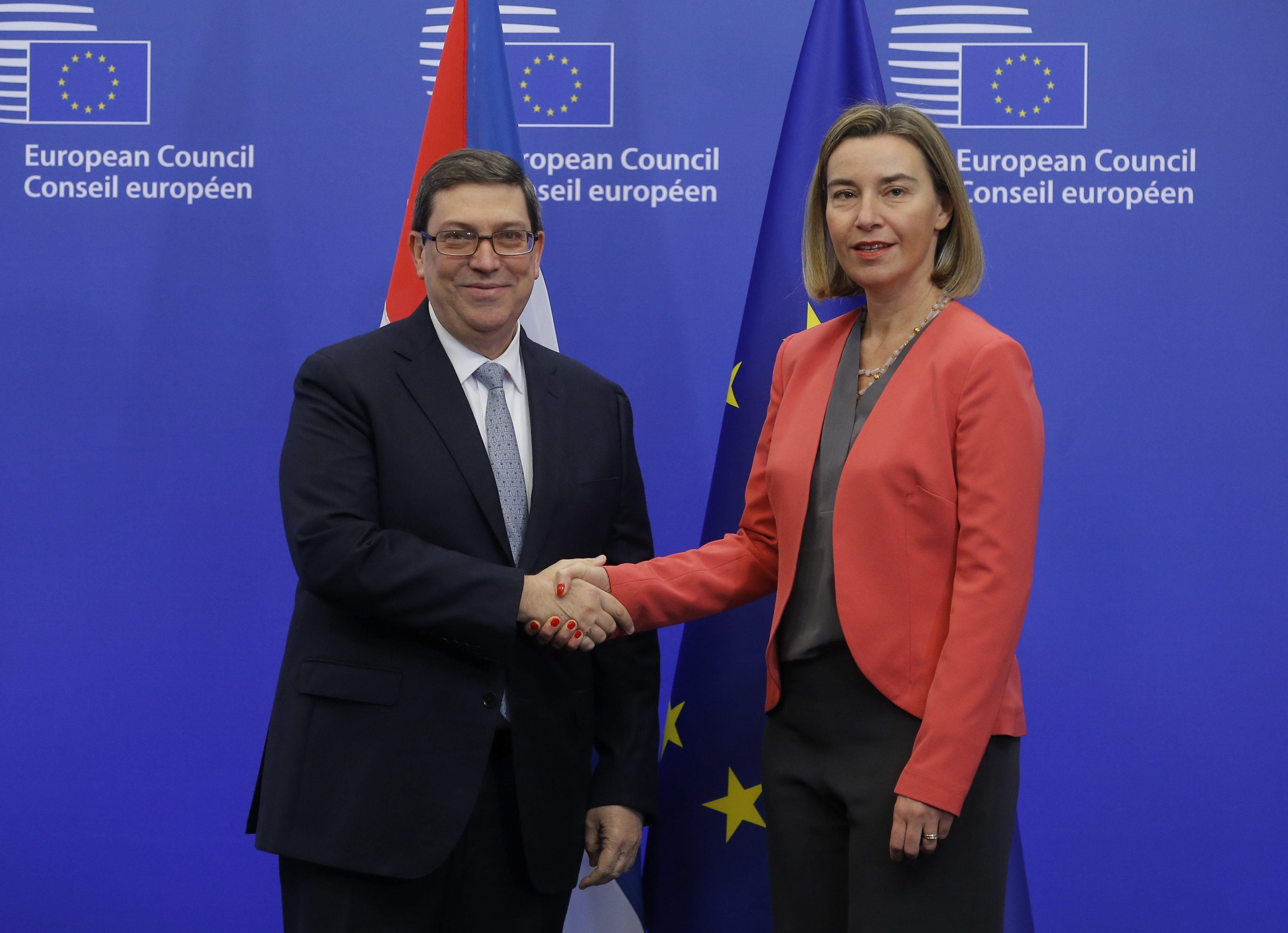 BRU03 BRUSELAS (BÉLGICA) 12/12/2016.- El ministro cubano de Exteriores, Bruno Rodríguez (i), saluda a la jefa de la diplomacia europea, Federica Mogherini, antes de la reunión sobre el acuerdo de diálogo y cooperación UE-Cuba en Bruselas (Bélgica) hoy, 12 de diciembre de 2016. EFE/Olivier Hoslet