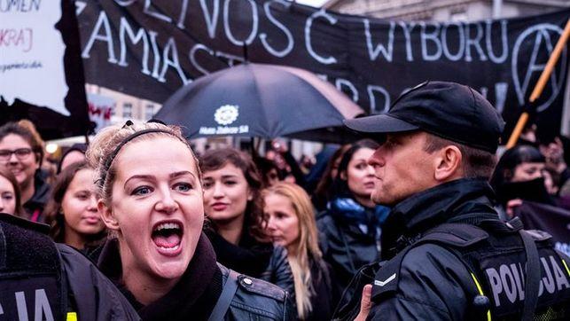 policias-detenidos-disturbios-protesta-polonia_ediima20161004_0102_4