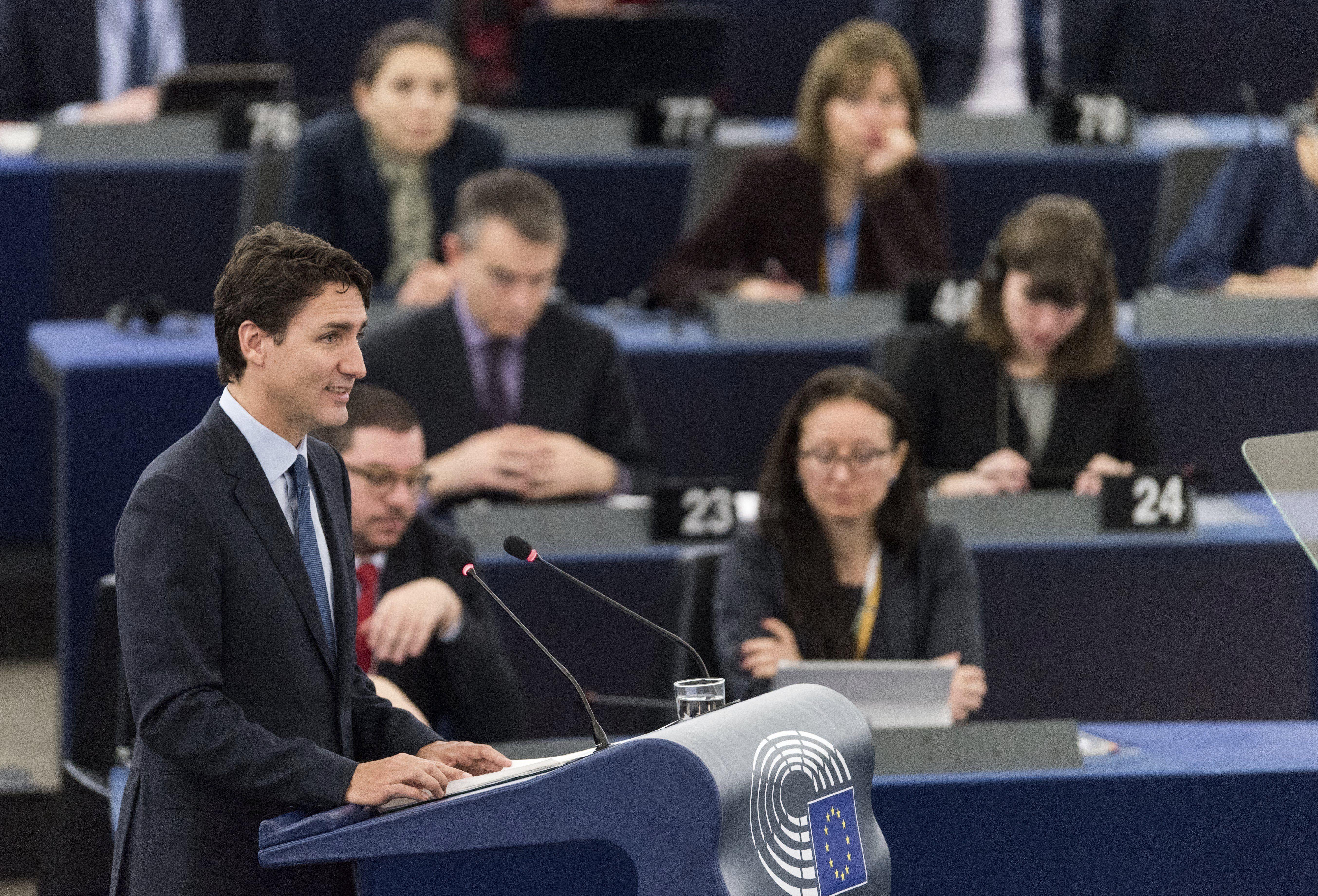 """STR017 ESTRASBURGO (FRANCIA) 16/02/2017.- El primer ministro de Canadá, Justin Trudeau, da un discurso ante el Parlamento Europeo en Estrasburgo (Francia) hoy, 16 de febrero de 2017. Trudeau dijo hoy que la relación entre la Unión Europea y Canadá, más allá del vínculo comercial, pasa por los valores comunes, y que ambos deben hacer frente """"a muchos retos futuros juntos"""". EFE/Patrick Seeger"""