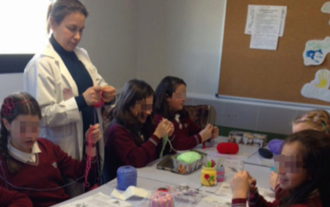 Una de las profesoras voluntarias impartiendo la clase de ganchillo.