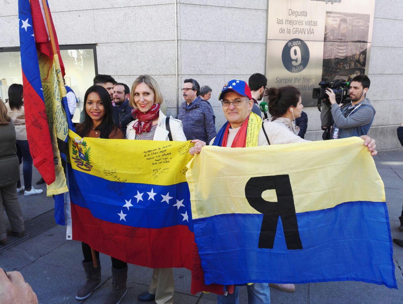 Beatriz Becerra en la concentración en MAdrid sobre Venezuela