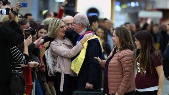 Ledezma (c), saluda a la eurodiputada Beatriz Becerra (i), junto a su mujer, Michi Capriles (2d), y una de sus hijas, a su llegada al aeropuerto de Madrid Barajas. (EFE)